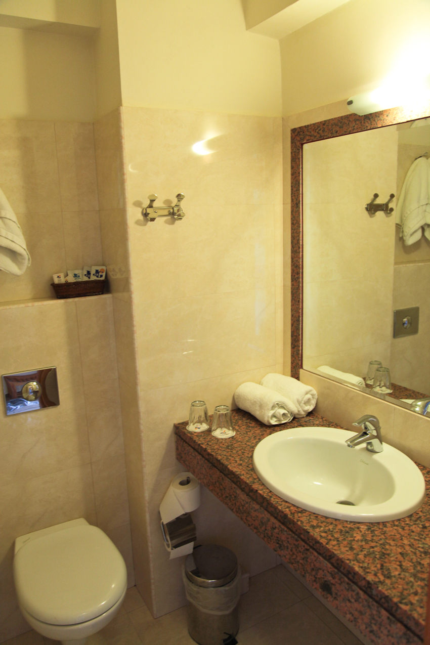 John & George hotel -bathroom-2