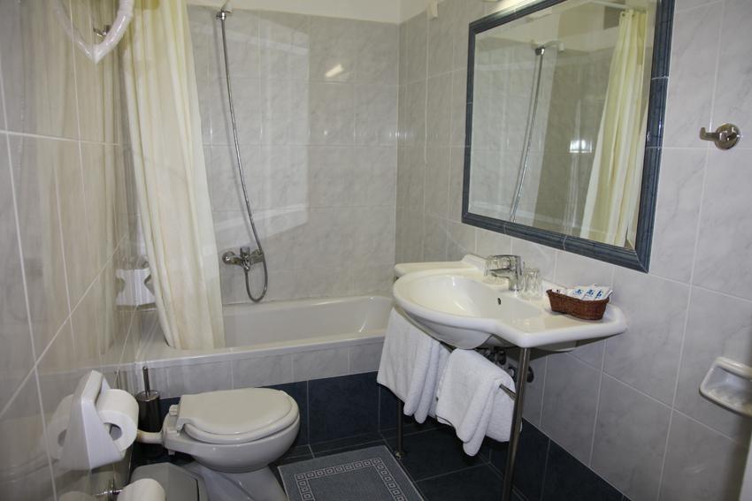 Dolfin hotel - room- bathroom